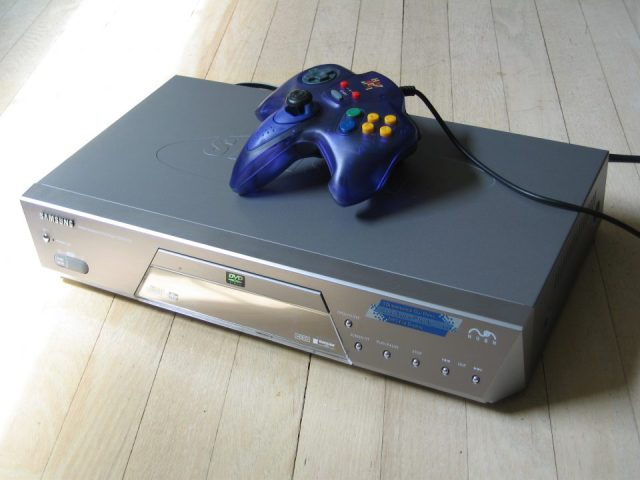 Nuon_DVD_player_with_game_controller